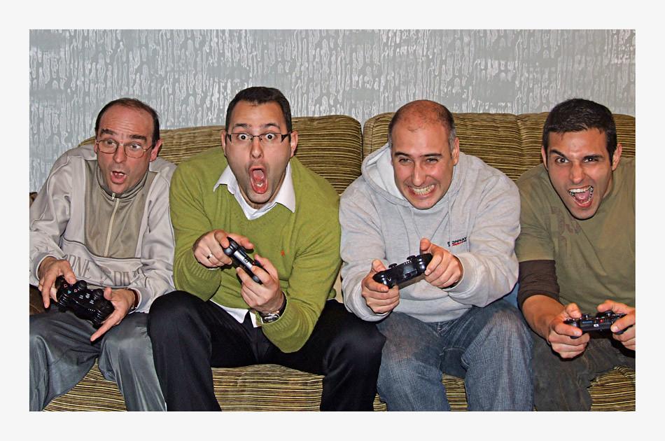 Amigos Jugando A La Play Dani Castellano Flickr