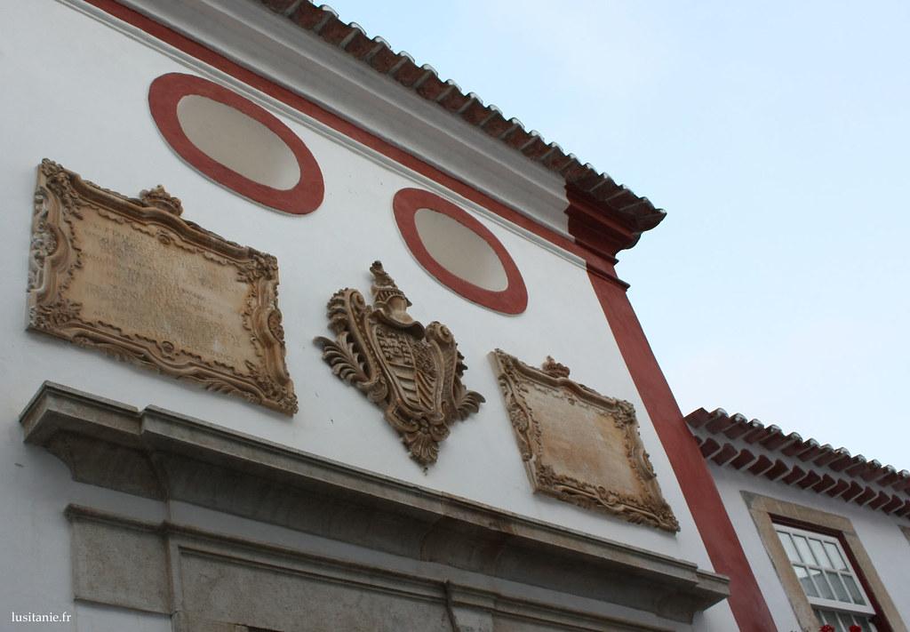 Maison arborant des armoiries sur ses murs