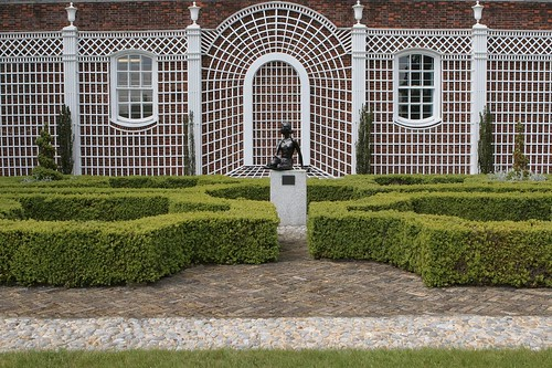 1 the parterre garden with a bronze statue of former owne for Parterre 3d
