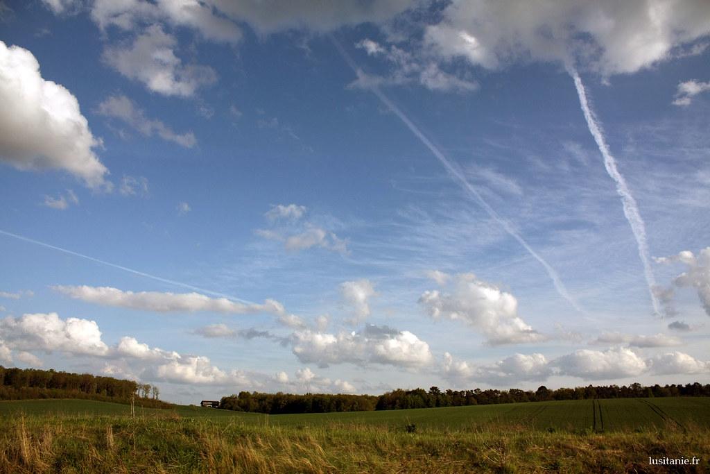 Trainées d'avions dans le ciel de France