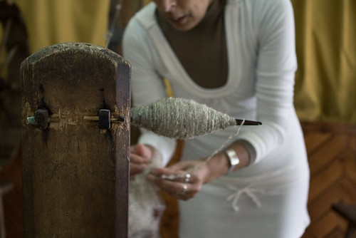 spinning the wool / fiar a lã | by Alice Bernardo