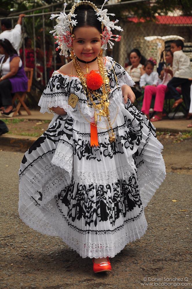 posando ni241as luciendo polleras paname241as en el desfile