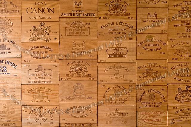 panneaux de caisses de vin tapissant un mur panneaux de. Black Bedroom Furniture Sets. Home Design Ideas