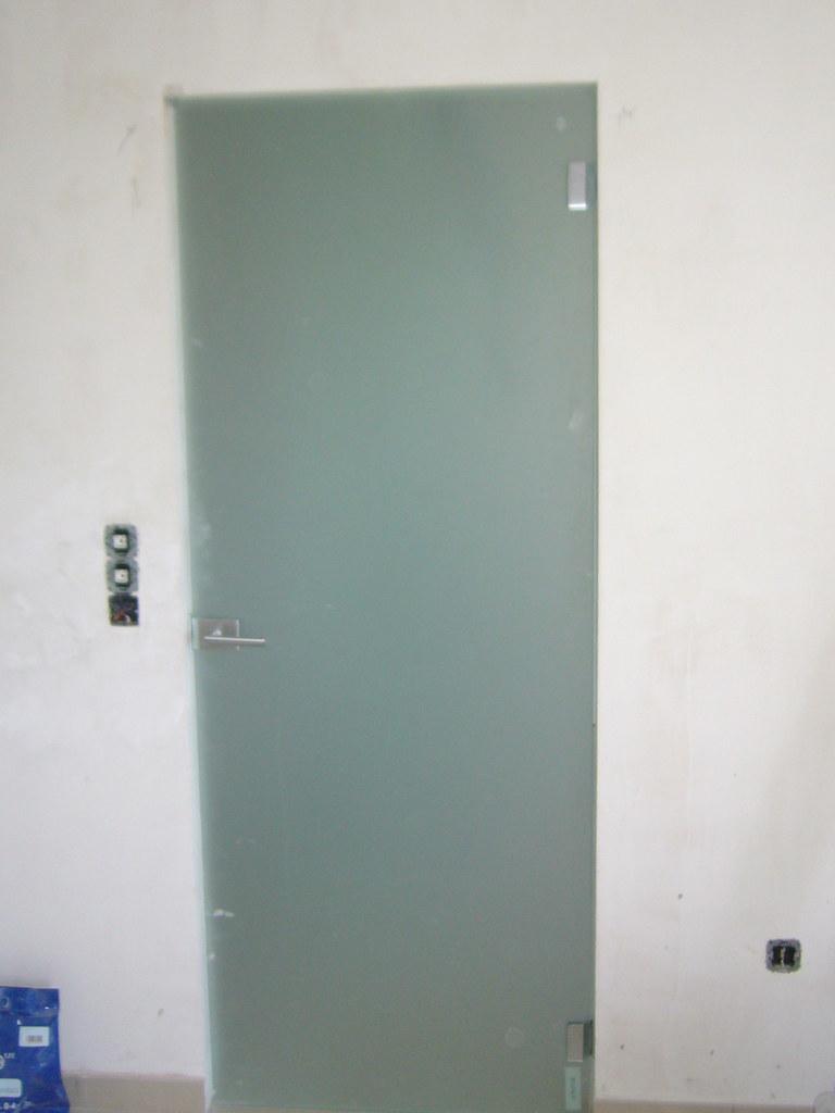 Puerta templada abatible satinada con bisagras especiales - Puertas de vidrio abatibles ...