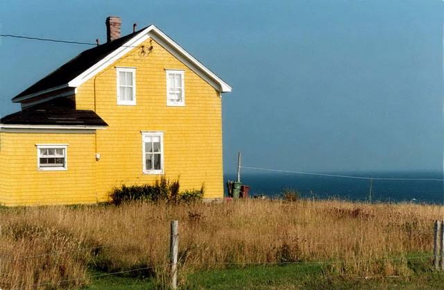 la petite maison jaune des iles de la madeleine province. Black Bedroom Furniture Sets. Home Design Ideas