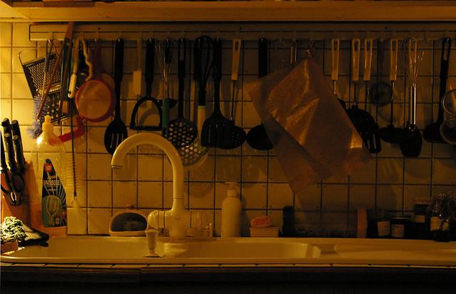 accessoires de cuisine suspendu derri re l 39 vier la. Black Bedroom Furniture Sets. Home Design Ideas