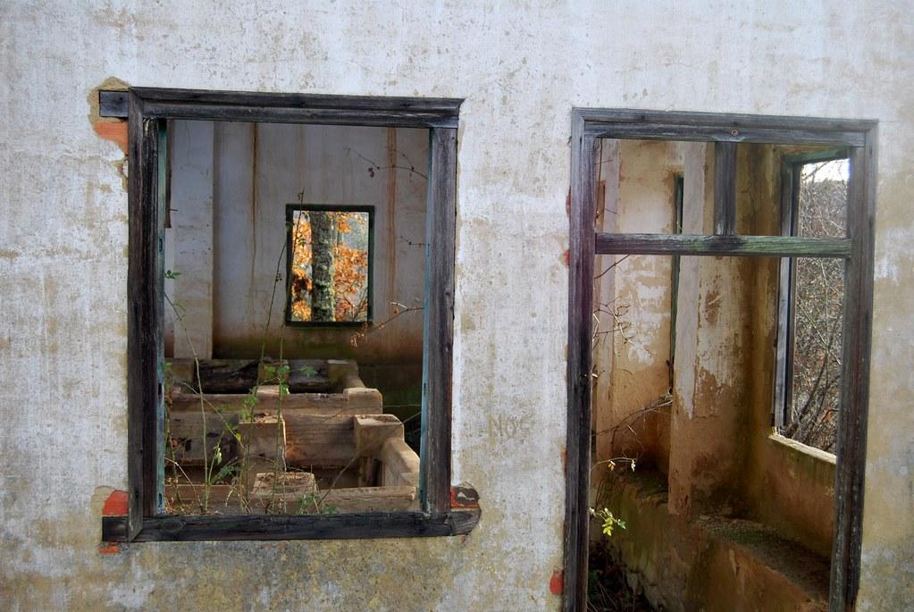 Puerta y ventana restos del lavadero del barrio del for Puerta lavadero