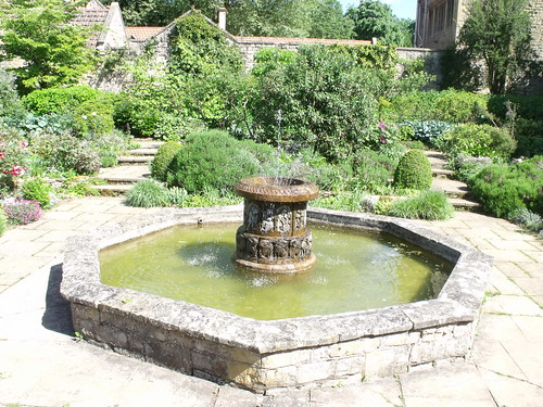 Kiftsgate Court, Chipping Campden, Gloucestershire - Fountain | by ell brown