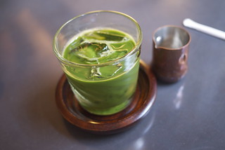 Iced matcha with a copper sugar syrup container | by maki