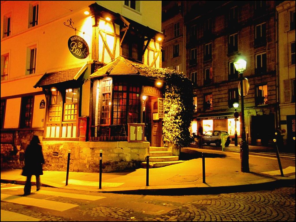 Le basilic rue lepic montmartre paris c 39 est un for Restaurant miroir montmartre