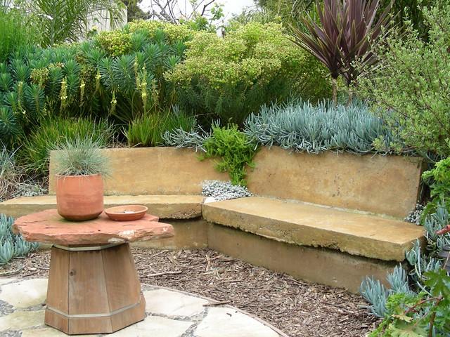 Bench retaining wall at esteban garden recycled concrete for Casas rusticas con jardin