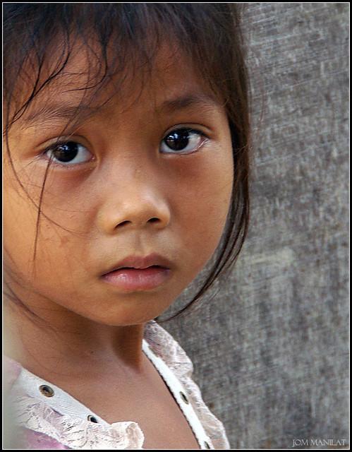 : Little Cambodian girl inside Angkor Wat : Foto & Bild