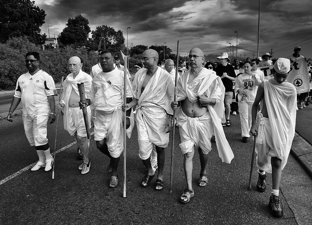 ghandi salt march Mahatma gandhi embarks on the salt satyagraha the salt satyagraha was a campaign of nonviolent protest against the british salt tax in colonial india which began with the salt march to dandi.