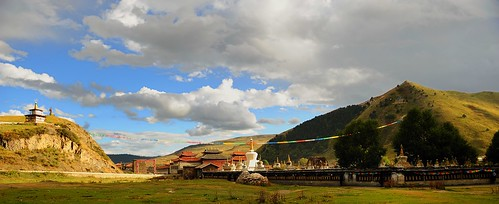 Lhagang is a Tibetan style town and has a warm atmosphere. | by reurinkjan