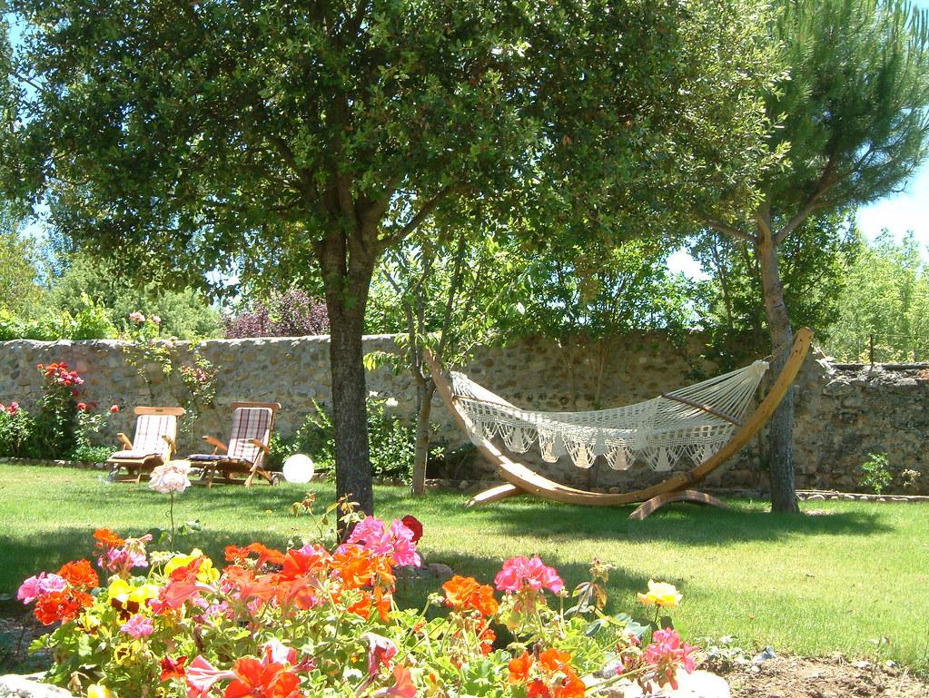 Jardin para disfrutar en primaveraverano con tumbonas y h Flickr