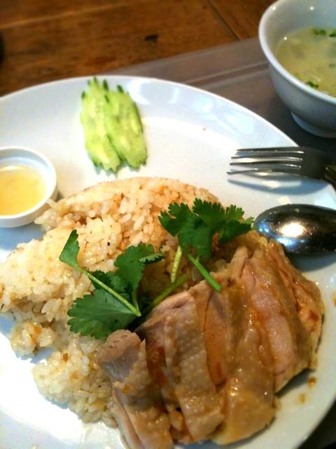 カオマンガイきた。炊き込みガーリックライスに蒸し鶏が乗ってる。これにスープと食べ放題サラダが付いて750円なり