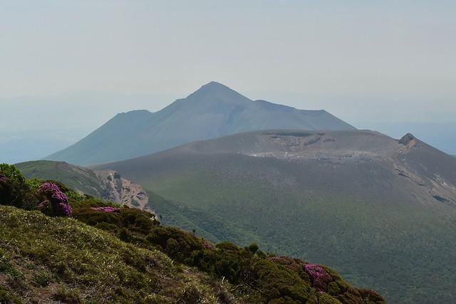 韓国岳から望む新燃岳~高千穂峰