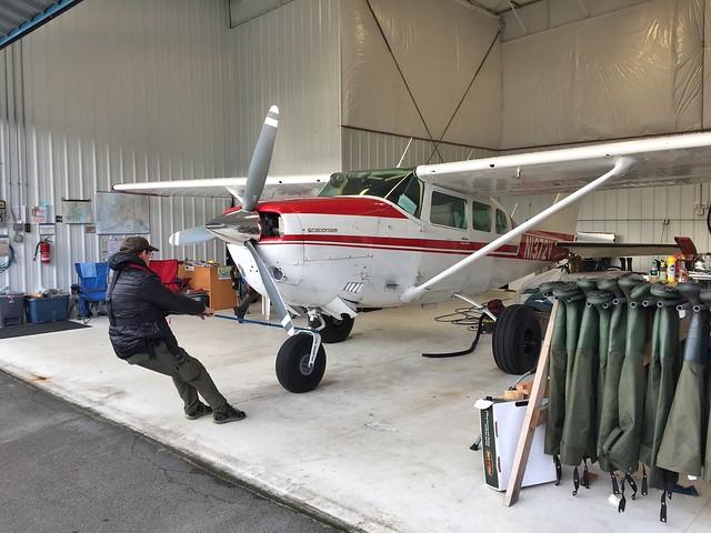 Martin de Scenic Bear Viewing sacando del hangar la avioneta con la que iríamos a ver osos
