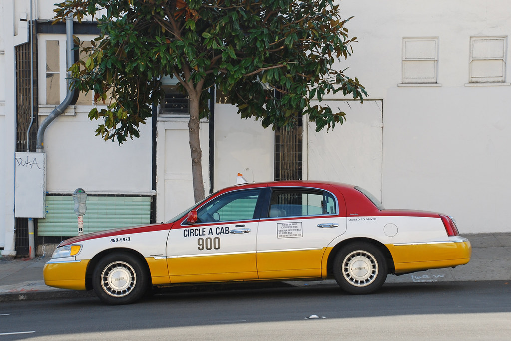 Town Car Taxi Lincoln Town Car Taxi Parked Under A Magnoli Flickr