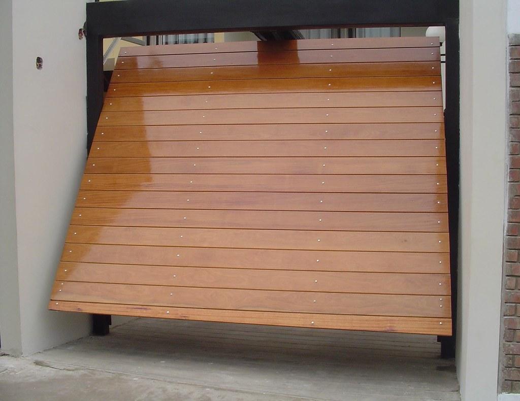Porton levadizo bastonado horizontal de cedro Portones automaticos