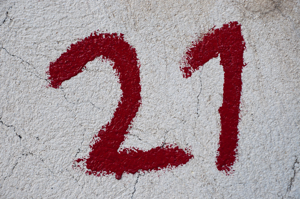 Number 21 written in red on wall | Close-up of the number ...