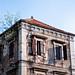 Mostar, una casa davanti al cimitero musulmano