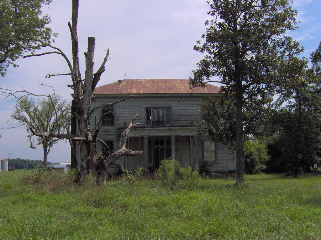 Swamplawn plantation this old house was built in the for Abandoned plantation homes for sale