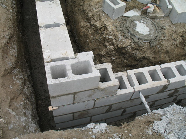 Construction of concrete block foundation wall corner for How to build a concrete block wall foundation
