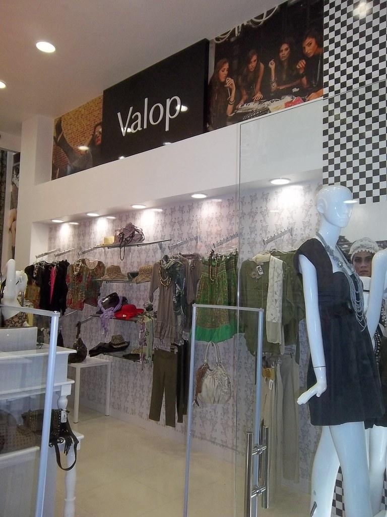 Dise o de boutiques dise o ambientacion mobiliario for Disenos de interiores para boutique