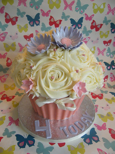 Giant cupcake | by www.daisycakes.me.uk