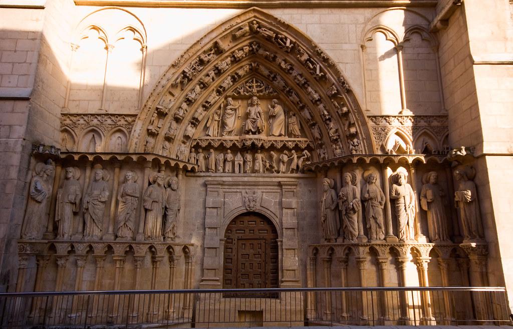 Fachada y puerta de la coroner a ver mas fotos de burgos for Las puertas de piedra amazon