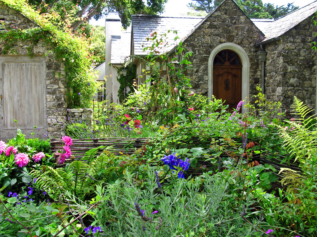 COTTAGE GARDEN The cottage garden is a distinct style of