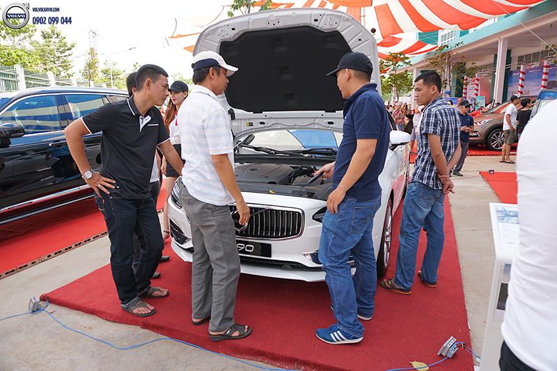 Hinh-06-Volvo-viet-nam-tham-du-hoi-cho-xe-lon-nhat-dong-bang-song-cuu-long