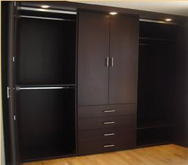 Closet color roble moro tipo vestier decosoluciones for Modelos de zapateras para closets