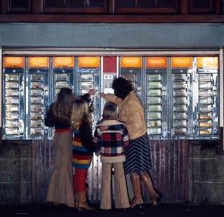 Automatiek / Automat for snacks | by Nationaal Archief