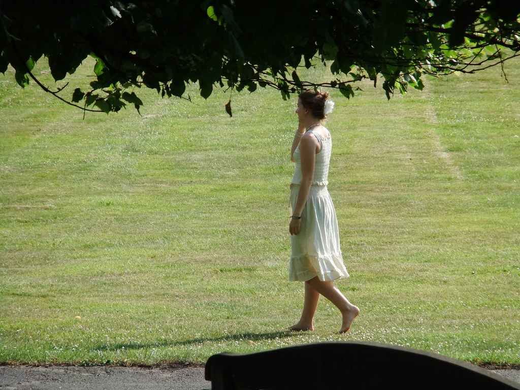Barefoot lady | I vaguely recall seeing (yet another ...
