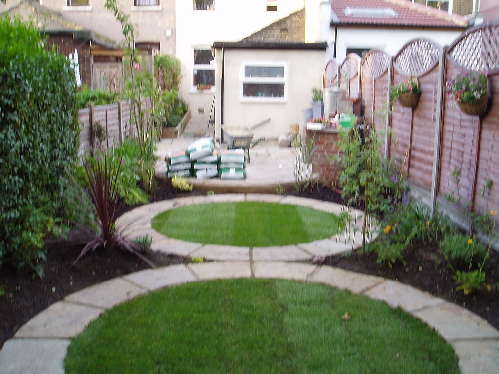 The round paving garden earth designs garden design and for Round garden designs