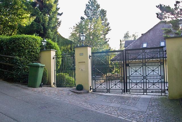 udo j rgens udo j rgen bockelmann die toreinfahrt zu seiner villa in der schweiz ist. Black Bedroom Furniture Sets. Home Design Ideas