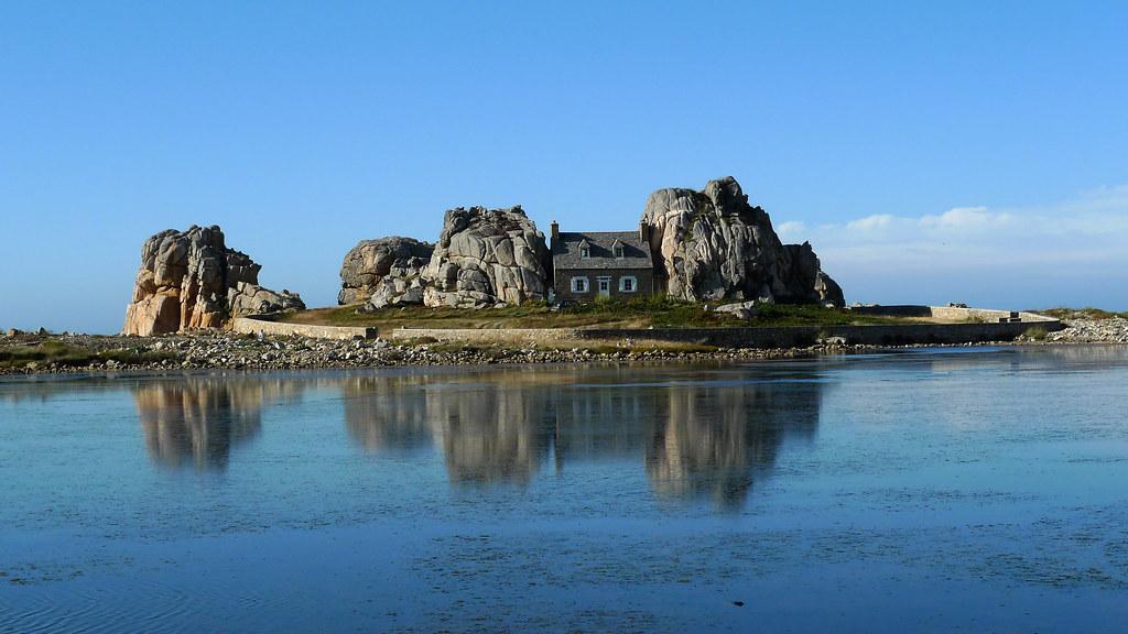 La maison entre 2 rochers plougrescant c tes d 39 armor flickr - Maison entre les rochers ...