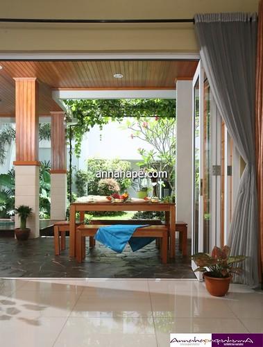 Foto Desain Ruang Makan Terbuka di Teras Belakang Rumah ...