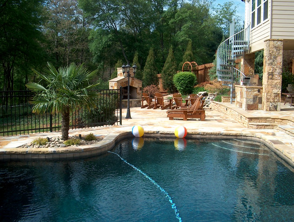 Swimming pool brown crab orchard flagstone for Patios chicos con piscina