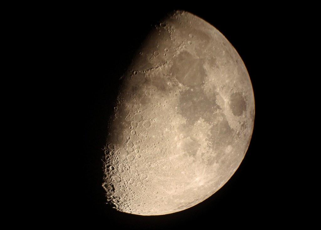 Luna en cuarto creciente | Visita mi web de fotografias : ww… | Flickr
