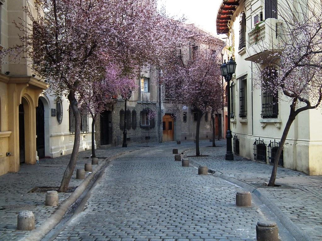 Calle par s en el centro de santiago antigua y colonial for Calles de santiago de chile