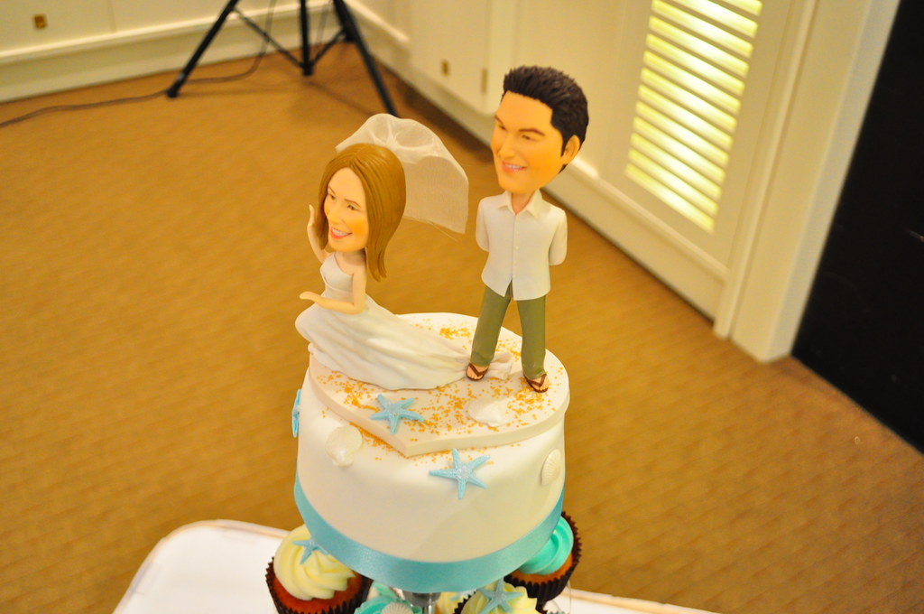 Turquoise and white wedding cupcakes | Topper cake: Choc mud… | Flickr