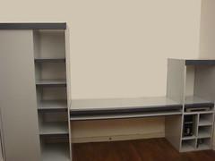 Wit zwevend bureau maken en plaatsen werkspot