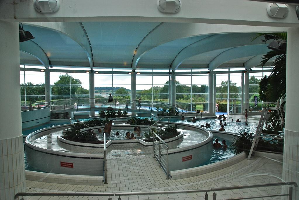 La grande salle de l 39 aquacentre lacs de l 39 eau d 39 heure be for Meuble de l eau d heure