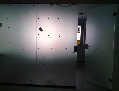 Pared de cristal y puerta con cerradura y maneta pared for Cristaleria benissa