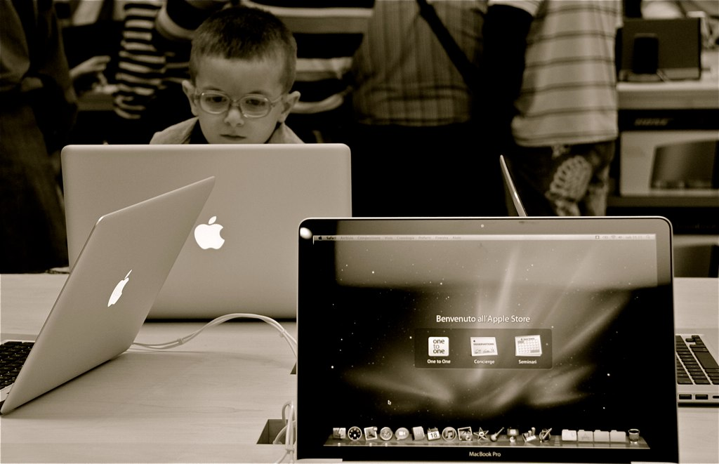 GENIUS AT WORK   APPLE STORE TORINO   Marco Fedele   Flickr