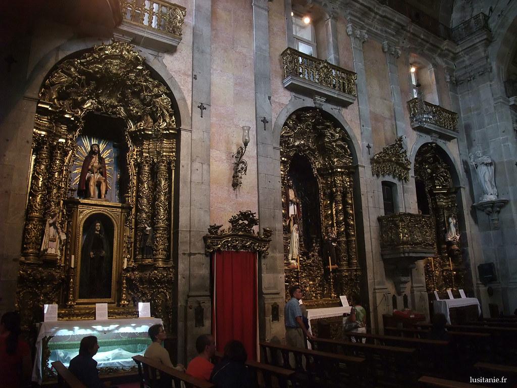 De nombreuses statues de saints viennent décorer l'église