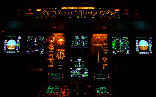 Airbus A330-200 Flightdeck | Nightview of the Airbus A330 ...
